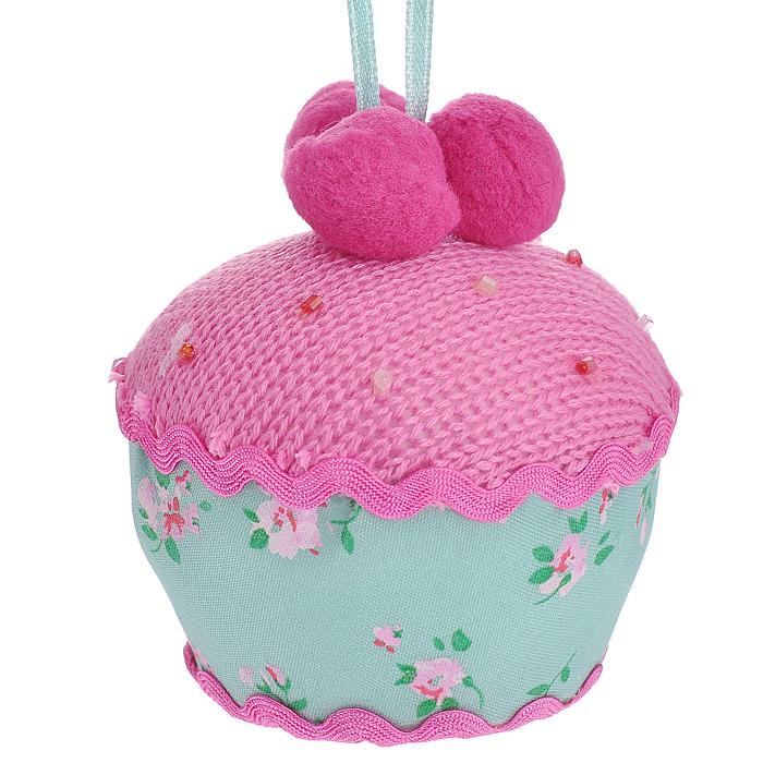 Новогоднее подвесное украшение Пирожное, цвет: розовый, зеленый. 2537325373Оригинальное новогоднее украшение Пирожное, выполненное из полиэстера и оформленное бисером, прекрасно подойдет для праздничного декора дома и новогодней ели. С помощью текстильной ленточки его можно повесить в любом понравившемся вам месте. Но, конечно, удачнее всего такая игрушка будет смотреться на праздничной елке.Елочная игрушка - символ Нового года. Она несет в себе волшебство и красоту праздника. Создайте в своем доме атмосферу веселья и радости, украшая новогоднюю елку нарядными игрушками, которые будут из года в год накапливать теплоту воспоминаний.Коллекция декоративных украшений из серии Magic Time принесет в ваш дом ни с чем несравнимое ощущение волшебства! Характеристики:Материал: полиэстер. Цвет: розовый, зеленый. Размер украшения (ДхШхВ): 8 см х 8 см х 8,5 см. Артикул: 25373.