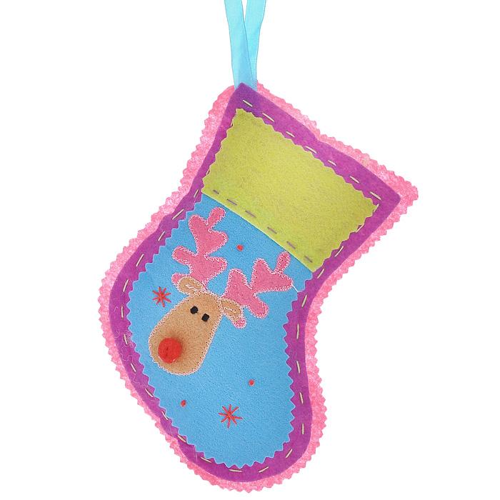 Новогоднее подвесное украшение Носок, цвет: розовый. 2534225342Оригинальное новогоднее украшение Носок прекрасно подойдет для праздничного декора дома и новогодней ели. Украшение выполнено из полиэстера в виде рождественского носка и оформлено изображением оленя. С помощью текстильной ленточки изделие можно повесить в любом понравившемся вам месте. Но, конечно, удачнее всего такая игрушка будет смотреться на праздничной елке.Елочная игрушка - символ Нового года. Она несет в себе волшебство и красоту праздника. Создайте в своем доме атмосферу веселья и радости, украшая новогоднюю елку нарядными игрушками, которые будут из года в год накапливать теплоту воспоминаний. Коллекция декоративных украшений из серии Magic Time принесет в ваш дом ни с чем несравнимое ощущение волшебства! Характеристики:Материал: полиэстер. Цвет: розовый. Размер украшения (ДхШхВ): 14 см х 3 см х 18 см. Артикул: 25342.