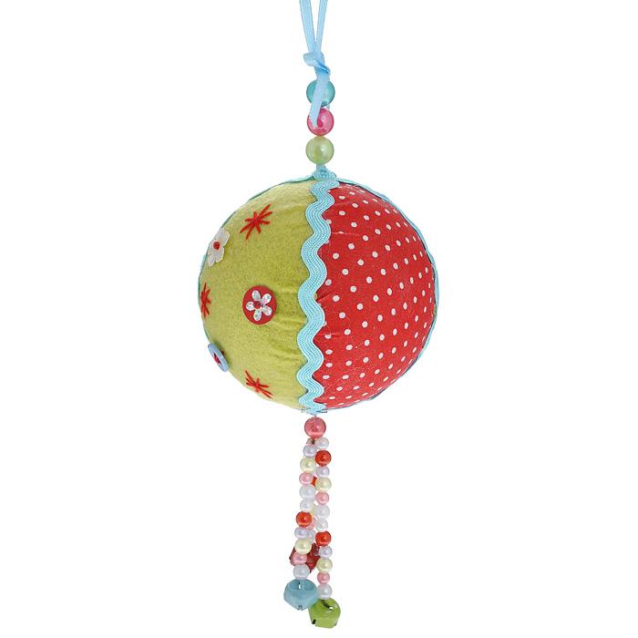 Новогоднее подвесное украшение Шар. 2535925359Оригинальное новогоднее украшение «Шар» прекрасно подойдет для праздничного декора вашего дома и новогодней ели. Украшение выполнено из пластика и обтянуто разноцветной тканью. К нижней части шара прикреплена подвеска из разноцветных бусин с бубенчиками. Благодаря плотному корпусу изделие никогда не разобьется, поэтому вы можете быть уверены, что оно прослужит вам долгие годы. С помощью специальной петельки украшение можно повесить в любом понравившемся вам месте. Но, конечно, удачнее всего такая игрушка будет смотреться на праздничной елке. Елочная игрушка - символ Нового года. Она несет в себе волшебство и красоту праздника. Создайте в своем доме атмосферу веселья и радости, украшая новогоднюю елку нарядными игрушками, которые будут из года в год накапливать теплоту воспоминаний.Коллекция декоративных украшений из серии Magic Time принесет в ваш дом ни с чем несравнимое ощущение волшебства! Характеристики:Материал: пластик, полиэстер, металл. Диаметр шара: 8 см. Артикул: 25359.