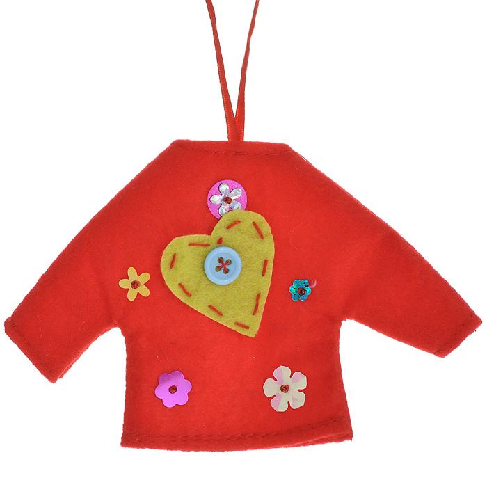 Новогоднее подвесное украшение Джемпер, цвет: красный. 2535525355Оригинальное новогоднее украшение выполнено из текстиля в виде красного джемпера, декорированного аппликацией, пайетками и бисером. С помощью специальной петельки украшение можно повесить в любом понравившемся вам месте. Но, конечно же, удачнее всего такая игрушка будет смотреться на праздничной елке.Новогодние украшения приносят в дом волшебство и ощущение праздника. Создайте в своем доме атмосферу веселья и радости, украшая всей семьей новогоднюю елку нарядными игрушками, которые будут из года в год накапливать теплоту воспоминаний. Коллекция декоративных украшений из серии Magic Time принесет в ваш дом ни с чем несравнимое ощущение волшебства! Характеристики:Материал: полиэстер, пластик. Размер украшения: 14 см х 9 см х 0,4 см. Артикул: 25355.