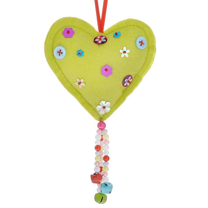 Новогоднее подвесное украшение Сердечко, цвет: зеленый. 2534725347Оригинальное новогоднее украшение выполнено из текстиля в виде сердечка, декорированного пуговицами, бисером и пайетками. С помощью специальной петельки украшение можно повесить в любом понравившемся вам месте. Но, конечно же, удачнее всего такая игрушка будет смотреться на праздничной елке.Новогодние украшения приносят в дом волшебство и ощущение праздника. Создайте в своем доме атмосферу веселья и радости, украшая всей семьей новогоднюю елку нарядными игрушками, которые будут из года в год накапливать теплоту воспоминаний. Коллекция декоративных украшений из серии Magic Time принесет в ваш дом ни с чем несравнимое ощущение волшебства! Характеристики:Материал: полиэстер, пластик. Размер украшения: 9,5 см х 10 см х 2 см. Артикул: 25347.