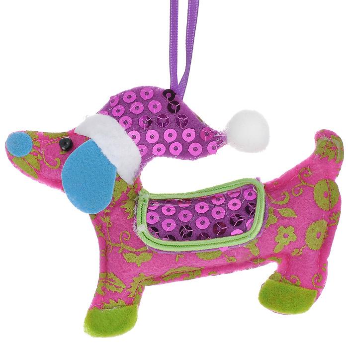 Новогоднее подвесное украшение Собачка. 2533325333Оригинальное новогоднее украшение Собачка прекрасно подойдет для оформления дома и праздничной ели. Украшение выполнено из полиэстера в виде забавной собачки и оформлено пайетками. С помощью текстильной ленточки его можно повесить в любом понравившемся вам месте. Но, конечно, удачнее всего такая игрушка будет смотреться на праздничной елке.Елочная игрушка - символ Нового года. Она несет в себе волшебство и красоту праздника. Создайте в своем доме атмосферу веселья и радости, украшая новогоднюю елку нарядными игрушками, которые будут из года в год накапливать теплоту воспоминаний. Коллекция декоративных украшений из серии Magic Time принесет в ваш дом ни с чем несравнимое ощущение волшебства! Характеристики:Материал: полиэстер, пайетки. Цвет: розовый. Размер украшения (ДхШхВ): 12 см х 1,5 см х 9 см. Артикул: 25333.