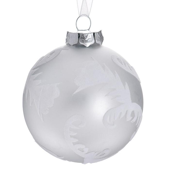 Новогоднее подвесное украшение Шар, цвет: серебристый. 3051530515Подвесное украшение «Шар» прекрасно подойдет для праздничного декора новогодней ели. Украшение выполнено из стекла и оформлено изящными узорами из бархатистой ткани. Шар оснащен текстильной ленточкой белого цвета.Елочная игрушка - символ Нового года. Она несет в себе волшебство и красоту праздника. Создайте в своем доме атмосферу веселья и радости, украшая новогоднюю елку нарядными игрушками, которые будут из года в год накапливать теплоту воспоминаний. Коллекция декоративных украшений из серии Magic Time принесет в ваш дом ни с чем несравнимое ощущение волшебства! Характеристики:Материал: стекло, текстиль. Цвет: серебристый. Диаметр украшения: 8 см. Размер упаковки: 9,5 см х 9,5 см х 9 см. Артикул: 30515.