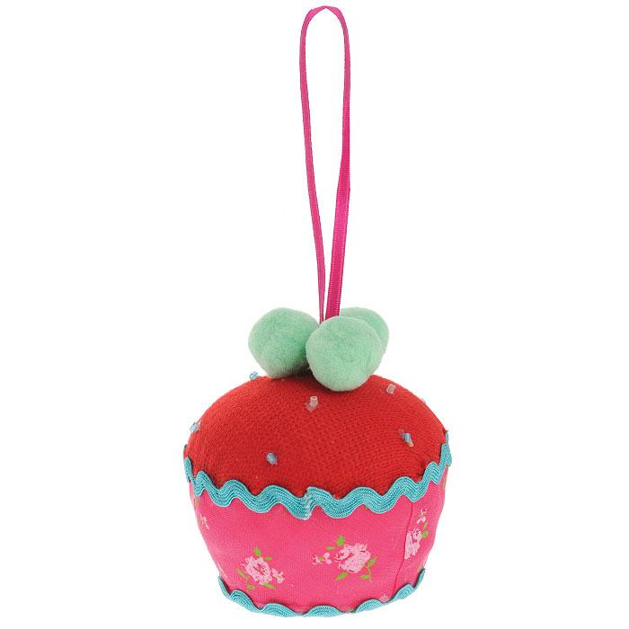 Новогоднее подвесное украшение Пирожное, цвет: красный, розовый. 2537225372Оригинальное новогоднее украшение выполнено из текстиля в виде пирожного. С помощью специальной петельки украшение можно повесить в любом понравившемся вам месте. Но, конечно же, удачнее всего такая игрушка будет смотреться на праздничной елке.Новогодние украшения приносят в дом волшебство и ощущение праздника. Создайте в своем доме атмосферу веселья и радости, украшая всей семьей новогоднюю елку нарядными игрушками, которые будут из года в год накапливать теплоту воспоминаний. Коллекция декоративных украшений из серии Magic Timeпринесет в ваш дом ни с чем несравнимое ощущение волшебства! Характеристики:Материал: полиэстер. Цвет: красный, розовый. Размер украшения: 7,5 см х 7,5 см х 8 см. Артикул: 25372.