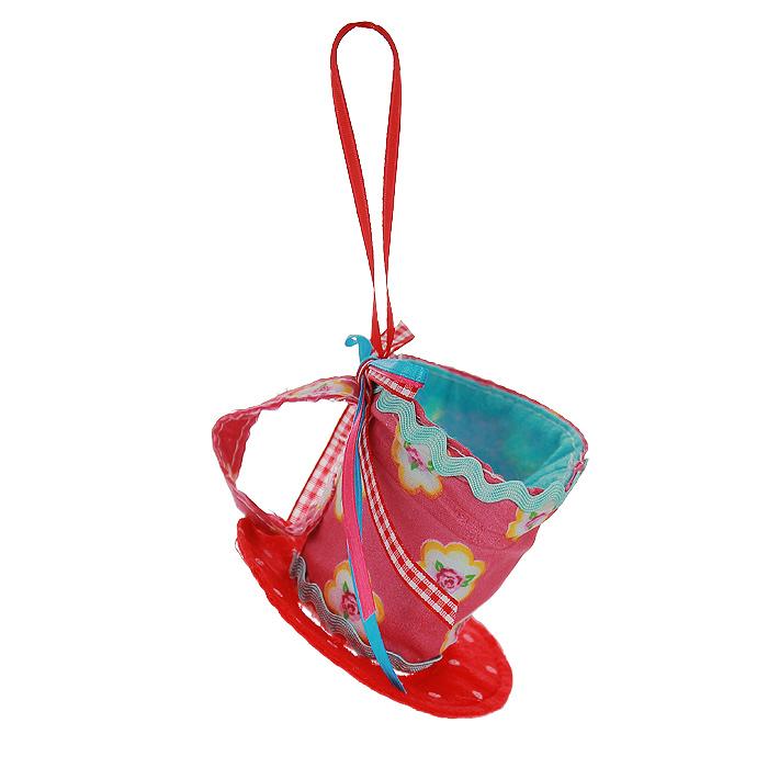 """Оригинальное новогоднее украшение выполнено из текстиля в виде чашки, украшенной бантиком. С помощью специальной петельки украшение можно повесить в любом понравившемся вам месте. Но, конечно же, удачнее всего такая игрушка будет смотреться на праздничной елке.    Новогодние украшения приносят в дом волшебство и ощущение праздника. Создайте в своем доме атмосферу веселья и радости, украшая всей семьей новогоднюю елку нарядными игрушками, которые будут из года в год накапливать теплоту воспоминаний.  Коллекция декоративных украшений из серии """"Magic Time""""  принесет в ваш дом ни с чем несравнимое ощущение волшебства! Характеристики:  Материал: полиэстер. Цвет: красный, розовый. Размер украшения: 8,5 см х 8,5 см х 7 см. Артикул: 25370."""