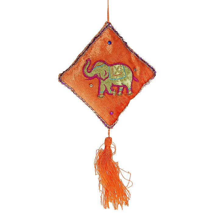 Новогоднее подвесное украшение Подушка. 1569415694Оригинальное новогоднее украшение выполнено из текстиля в виде подушки оранжевого цвета и декорировано изображением в виде слоника. Удачнее всего такая подушечкабудет смотреться на праздничной елке. Новогодние украшения приносят в дом волшебство и ощущение праздника. Создайте в своем доме атмосферу веселья и радости, украшая всей семьей новогоднюю елку нарядными игрушками, которые будут из года в год накапливать теплоту воспоминаний.Коллекция декоративных украшений из серии Magic Time принесет в ваш дом ни с чем несравнимое ощущение волшебства! Характеристики:Материал: текстиль. Цвет: оранжевый. Размер украшения: 23 см х 13 см х 3 см. Артикул: 15694.