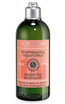 LOccitane Шампунь восстанавливающий, 300 мл271339Формула на основе 5 натуральных эфирных масел (ангелика, лаванда, герань, иланг-иланг и пачули) и пшеничных протеинов. Шампунь мягко очищает, придает волосам шелковистость, блеск и здоровый вид. Превосходный вариант для тех, кто красит или завивает волосы, использует утюжки для волос и средства для укладки, провоцирующие сухость волос. Волосы приобретают тонус, гладкость и естественный блеск.Натуральная пенящаяся основа растительного происхождения. Не содержит красителей, парабенов и силикона. Характеристики: Объем: 300 мл.Артикул: 271339.Производитель: Франция.Loccitane (Л окситан) - натуральная косметика с юга Франции, основатель которой Оливье Боссан. Название Loccitane происходит от названия старинной провинции - Окситании. Это также подчеркивает идею кампании - сочетании традиций и компонентов из Средиземноморья в средствах по уходу за кожей и для дома. LOccitane использует для производства косметических средств натуральные продукты: лаванду, оливки, тростниковый сахар, мед, миндаль, экстракты винограда и белого чая, эфирные масла розы, апельсина, морская соль также идет в дело. Специалисты компании с особой тщательностью отбирают сырье. Учитывается множество факторов, от места и условий выращивания сырья до времени и технологии сборки. Товар сертифицирован.