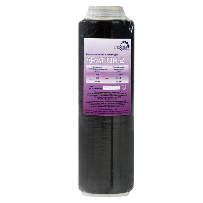 """Картридж Арагон 2 (6-15) л/мин. – модификация для регионов с жесткой водой.   Признаки жесткой воды: накипь белого цвета в чайнике, белый налет на сантехнике, пленка в чае.   Арагон 2 – композитный материал на основе материала Арагон и ионообменной смолы, что значительно увеличивает ресурс по умягчению воды. Имеет 3 уровня фильтрации (механический, ионообменный и сорбционный).   Обладает важными свойствами:  Антисброс – позволяет необратимо задерживать все отфильтрованные примеси.  Регенерация - фильтрующие свойства картриджа можно восстанавливать в домашних условиях (2-3 регенерации).  Квазиумягчение - арагонитовая структура солей жесткости снижает количество накипи, и вода насыщается полезным кальцием.    Используется в системах Гейзер:  3 ИВЖ Люкс  3 ИВС Люкс  Классик Ж  Классик Комп    Так же совместим с другими трехступенчатыми системами Гейзер и системами других  производителей стандарт 10SL (Slim Line).   Ресурс картриджа 7000 литров.    Дополнительная информация о  картридже:  Картридж Арагон 2 удаляет из воды избыточные соли жесткости, железо и другие вредные примеси. Количество солей жесткости снижается до рекомендуемого медиками уровня. Благодаря эффекту квазиумягчения оставшиеся в воде соли кальция находятся в основном в арагонитовой форме.   Картридж Арагон предназначен для комплексной очистки воды от солей жесткости, механических частиц, растворенных примесей и бактерий.  Применяется в бытовых фильтрах торговой марки """"Гейзер"""" и в промышленных системах очистки воды.    Фильтроматериал Арагон изготовлен по специальной технологии уникального микропористого ионообменного полимера с бактериостатической добавкой серебра. Механические примеси (ржавчина, ил, песок, глина) осаждаются преимущественно на внешней поверхности фильтроматериала. Соединения железа, алюминия, свинца, радиоактивных элементов и другие растворимые примеси удаляются в процессе ионного обмена.  Внутренняя поглощающая поверхность удаляет из воды хлор, органические соединения, нефтепродукты, """