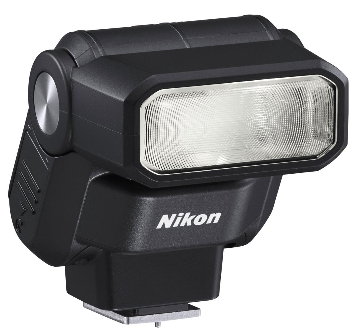 Nikon Speedlight SB-300 фотовспышкаFSA04101Простая в эксплуатации универсальная вспышка Nikon Speedlight SB-300 совместима с цифровыми зеркальными фотокамерами Nikon и фотокамерами линейки COOLPIX, которые оснащены башмаком для принадлежностей. Эта компактная и легкая внешняя вспышка идеально подойдет начинающим фотографам: она представляет собой удобный инструмент, дающий возможность контролировать качество и направление света для создания креативных снимков с хорошей освещенностью.Вспышка легко крепится к башмаку для принадлежностей фотокамеры; ее можно поднимать вверх под углом до 120°. Для рассеивания или смягчения потока света можно использовать отражение вспышки от потолка. Вспышка поможет придать дополнительную яркость изображениям, создаваемым при дневном свете, получить более качественные снимки при съемке в сумерках, а также проработать детали объектов при съемке в сложных условиях, когда объекты освещены сзади.