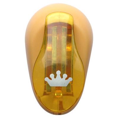 Дырокол фигурный Hobbyboom Корона, №241, цвет: желтый, 1 смCD-99XS-241Дырокол фигурный используется в скрапбукинге, для украшения открыток, карточек, коробочек и т.д. Рисунок прорези указан на ручке дырокола.Используется для прорезания фигурных отверстий в бумаге. Вырезанный элемент также можно использовать для украшения.Предназначен для бумаги определенной плотности - до 140 г/м2. При применении на бумаге большей плотности или на картоне, дырокол быстро затупится. Чтобы заточить нож компостера, нужно прокомпостировать самую тонкую наждачку. Чтобы смазать режущий механизм - парафинированнную бумагу.Размер готовой фигурки: 1 см.