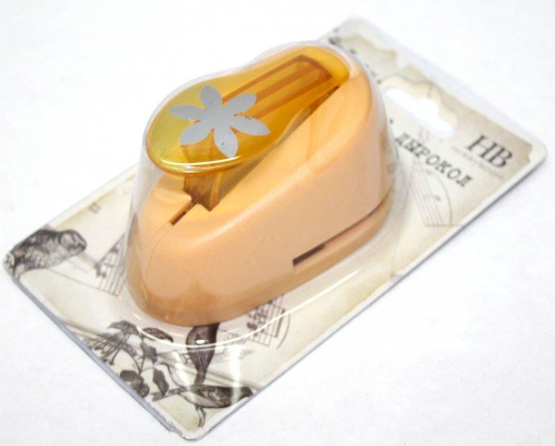 Дырокол фигурный Hobbyboom Цветок 6 лепестков, №198, цвет: оранжевый, 2,5 смCD-99M-198Фигурный дырокол Hobbyboom Цветок 6 лепестков изготовлен из пластика и металла, используется в скрапбукинге для создания оригинальных открыток и фотоальбомов ручной работы, оформления подарков, в бумажном творчестве и т.д. Рисунок прорези указан на ручке дырокола.Дырокол предназначен для вырезания фигурок из бумаги. Просто вставьте лист бумаги в дырокол. Нажмите на рычаг. Вырезанную фигурку в виде цветочка можно использовать для дальнейшего декорирования.Предназначен для бумаги определенной плотности - 80-200 г/м2. При применении на бумаге большей плотности или на картоне, дырокол быстро затупится. Диаметр готовой фигурки: 2,5 см.