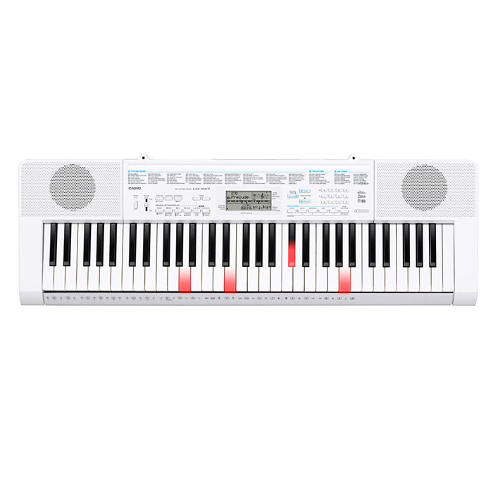 Casio LK-247, White синтезаторLK-247Синтезатор Casio LK-247 с подсветкой клавиатуры позволяети обучаться с нуля и решать творческие задачи. Как и во время обычного урока, композиция делится на фразы и обучение происходит шаг за шагом. Быстрое подключение микрофона позволит исполнять хиты из верхних строчек всемирных чартов, а также присутствует возможность записи собственных семплов. 400 AHL тембров,150 стилей и 100 встроенных композиций создадут превосходный микс.