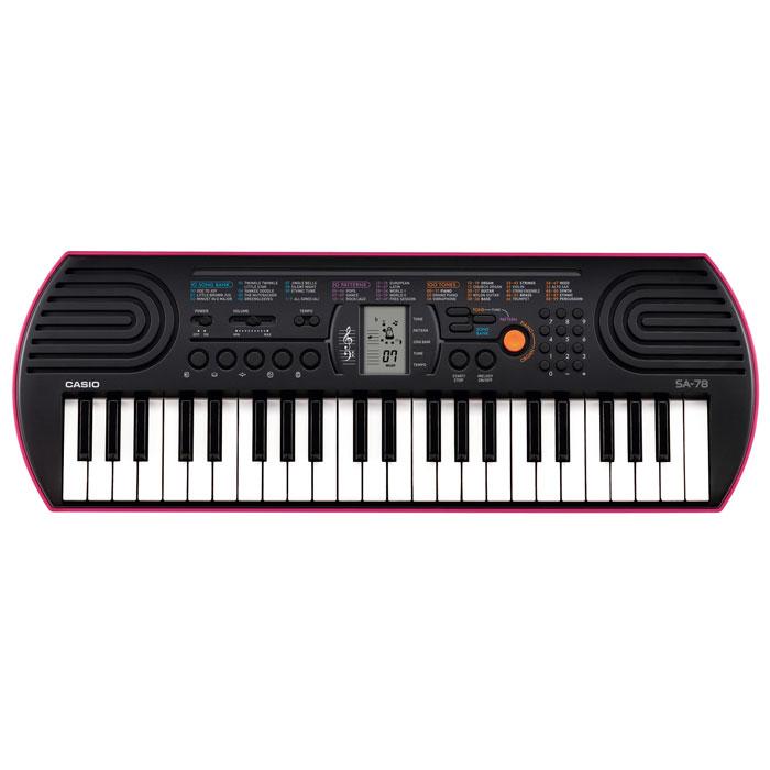 Casio SA-78 синтезаторSA-78Casio SA-78 с 44 клавишами предлагает всем начинающим уникальные музыкальные возможности. 100 тембров, 50 стилей, встроенные композиции для обучения, новейший звуковой процессор с серьезной для таких синтезаторов 8-ми нотной полифонией, а также ЖК дисплей, помогающий с первых шагов разобраться в 2-х строчной нотной грамоте – все это делает инструмент отличным помощником для начинающего музыканта. Также в модели есть отдельная, вынесенная на корпус, кнопка быстрого переключения между звуками фортепьяно и органа, а также язычкового органа. Данный инструмент идеально подойдет для Вашего креативного ребенка.