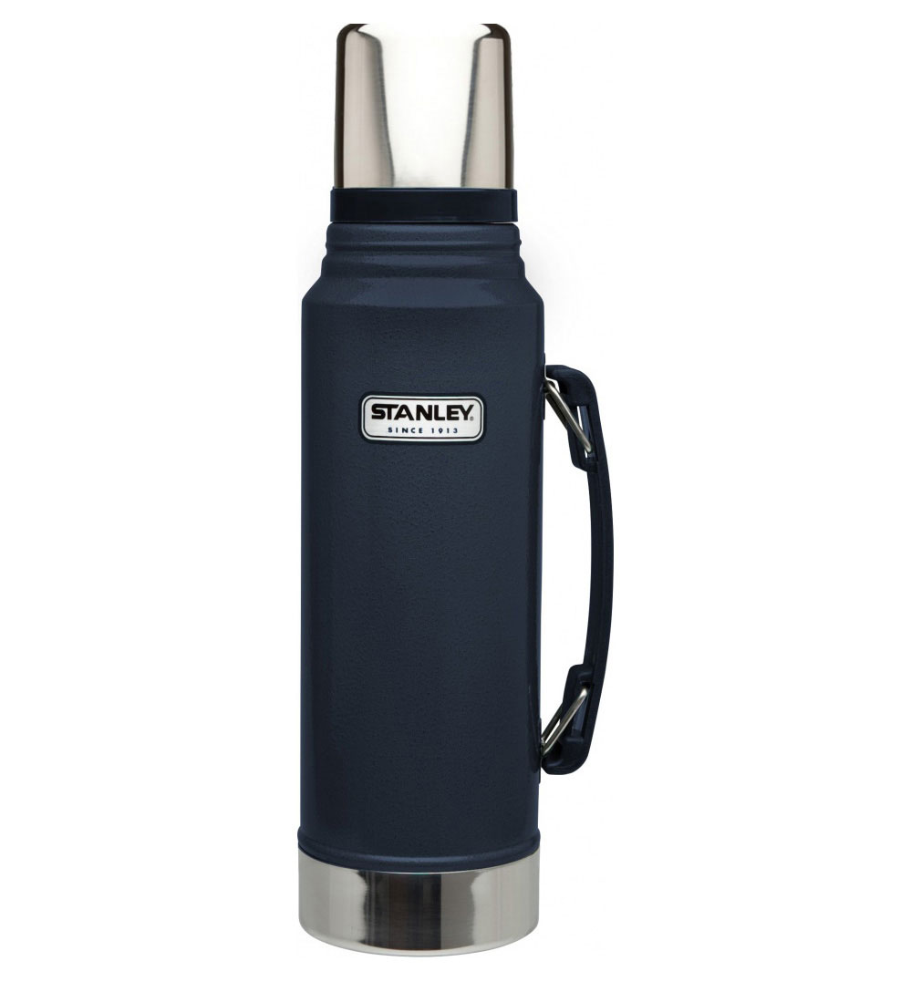 Термос Stanley Classic Vacuum Flask, с узким горлом, цвет: темно-синий, 1 л10-01254-042Термос Stanley Classic Vacuum Flask с узким горлышком прекрасно подойдет для транспортировки напитков или супов. Он будет незаменим во время путешествий, поездок на пикник или на дачу. Особенности термоса Stanley Classic Vacuum Flask:- наружное покрытие - абразивостойкая эмаль; - корпус и внутренняя колба выполнены из нержавеющей стали; - сохранение температуры за счет двойных стенок; - вакуумная изоляция; - герметичность; - крышка-термостакан объемом 236 мл; - слив через поворотную колбу; - прочная пластиковая ручка;Удержание тепла и холода 24 часа.Размер термоса: 9,5 см х 9,5 см х 35,5 см.Гарантийный срок 5 лет. Возврат товара возможен только через сервисный центр.