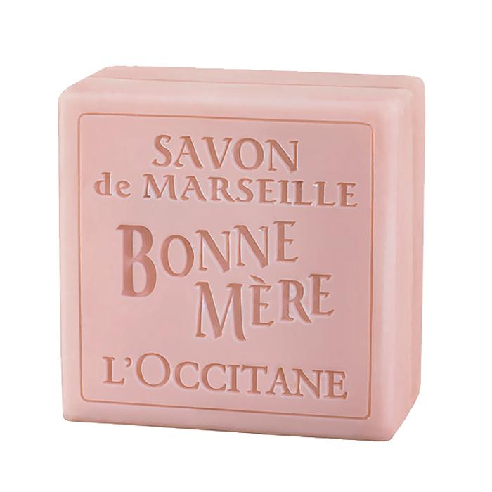 LOccitane Мыло туалетное Bonne Mere. Роза, 100 г244784Мыло LOccitane Bonne Mere. Роза для тела и рук изготовлено на натуральной растительной основе с соблюдением древнейших марсельских традиций. Добавление минеральных пигментов деликатно окрашивает мыло в нежные цвета. Характеристики: Вес: 100 г. Артикул:244784. Производитель: Франция. Loccitane (Л окситан) - натуральная косметика с юга Франции, основатель которой Оливье Боссан. Название Loccitane происходит от названия старинной провинции - Окситании. Это также подчеркивает идею кампании - сочетании традиций и компонентов из Средиземноморья в средствах по уходу за кожей и для дома. LOccitane использует для производства косметических средств натуральные продукты: лаванду, оливки, тростниковый сахар, мед, миндаль, экстракты винограда и белого чая, эфирные масла розы, апельсина, морская соль также идет в дело. Специалисты компании с особой тщательностью отбирают сырье. Учитывается множество факторов, от места и условий выращивания сырья до времени и технологии сборки. Товар сертифицирован.