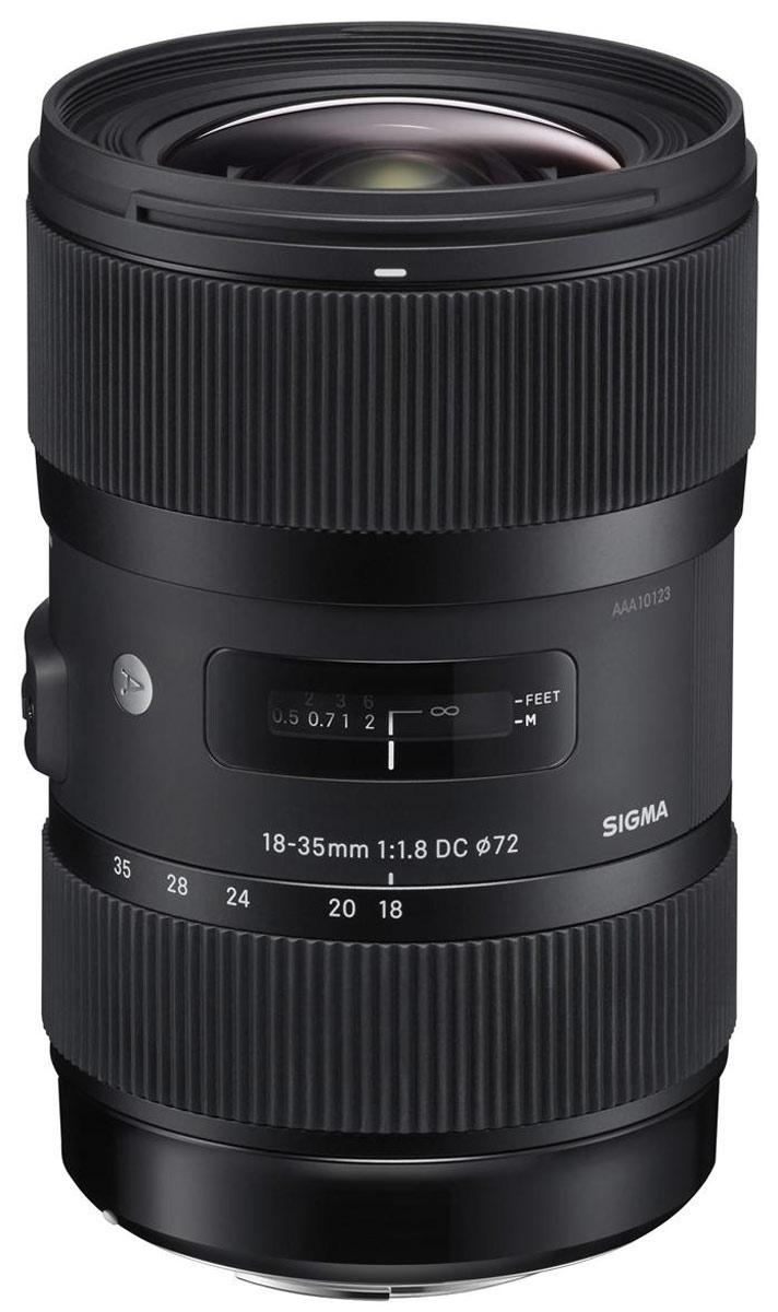 Sigma AF 18-35mm F1,8 DC HSM Art объектив для CanonSi210954Зум-объектив Sigma AF 18-35mm F1.8 DC HSM является первым в ряду неполнокадровых объективов смаксимальной диафрагмой F1.8, а также признан самым светосильным в линейке. Благодаря этим особенностямполучаемые изображения в формате APS-C сопоставимы с полнокадровыми снимками, сделанными объективом сфокусным расстоянием 28-56 мм и максимальной диафрагмой F2.8.Специалисты отмечают, что полученные снимки отличаются высоким качеством изображения при любомфокусном расстоянии как в центре кадра, так и на периферии. При этом хроматические аберрации и астигматизмсведены к минимуму. Диафрагма с девятью лепестками и максимальным значением F16 также являетсянеоспоримым плюсом. Единственное слабое место данного объектива – неидеальная устойчивость к яркомуконтровому свету – компенсируется тем, что в комплект входит лепестковая бленда. Все эти особенности делаютмодель Sigma AF 18-35mm F1.8 DC HSM универсальной для работы практически с любой натурой, будь то пейзаж,натюрморт, портрет, съёмка крупным планом или повседневное фотографирование. Также стоит отметитьпревосходное качество сборки и корпус, выполненный из пластика TSC, что делает объектив существенно легчеи прочнее к внешним повреждениям.