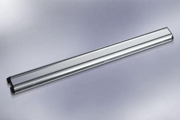 Магнитный держатель для ножей Hatamoto, длина 46 смHM-M45Магнитный держатель Hatamoto выполнен из алюминия и предназначен для удобного хранения металлических приборов. Крепкие магнитные полосы надежно удержат все приборы. Идеально подойдет для сверел, ножей и других мелких инструментов. Можно использовать как в гараже, так и на кухне. В комплекте - крепежные элементы, с помощью которых держатель можно прикрепить к любой стене. Теперь кухонные принадлежности не нужно искать, они надежно прикреплены к держателю. Характеристики: Материал: алюминий, магнит. Размер держателя: 46 см х 4,5 см х 2 см. Размер упаковки: 6 см х 47 см х 2 см. Артикул: HM-M45.Уважаемые клиенты!Ножи, представленные на фото, служат для визуального восприятия товара, в комплект не входят.