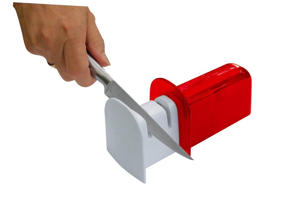 """Ножеточка Fackelmann """"Barracuda"""" предназначена для заточки и шлифовки ножей. Корпус выполнен из прозрачного пластика красного цвета и оснащен двумя слотами для заточки. Благодаря высокому качеству точильных камней, лезвия ножей затачиваются легко и быстро, структура лезвия не нарушается, форма не деформируется. Ножеточка очень компактна: в сложенном виде она не займет много места в вашем шкафу. Ножеточка Fackelmann """"Barracuda"""" станет незаменимым аксессуаром на вашей кухне.   Характеристики:Материал: пластик, точильный камень. Цвет: красный, белый. Размер ножеточки (в собранном виде) (ДхШхВ): 11 см х 5,5 см х 6,5 см. Размер ножеточки (в разобранном виде) (ДхШхВ): 16,5 см х 5,5 см х 6,5 см. Артикул: 42179."""