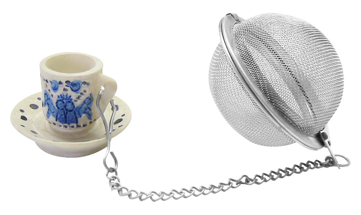 """Ситечко Fackelmann """"Coffee&Tea"""" на цепочке, предназначенное для заваривания чая или кофе, выполнено из нержавеющей стали. К цепочке крепится декоративный элемент в виде чашки с блюдцем. Оригинальный аксессуар займет достойное место на вашей кухне. Теперь можно легко заваривать любимый чай! Характеристики:  Материал: нержавеющая сталь, пластик. Диаметр ситечка: 4,5 см. Размер упаковки: 17 см х 8 см х 4 см. Артикул: 49098.    Уважаемые клиенты!  Обращаем ваше внимание на возможные изменения в цвете некоторых деталей товара. Поставка осуществляется в зависимости от наличия на складе."""