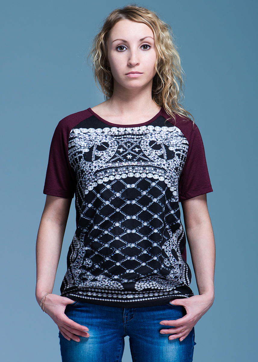 Футболка женская Vero Moda, цвет: бордовый. 10097910. Размер M (44)10097910Стильная женская футболка Vero Moda, выполненная из высококачественного материала, идеальный вариант для создания образа в стиле Casual. Футболка прямого кроя с короткими рукавами и круглым вырезом горловины будет отлично на вас смотреться. Модель оформлена оригинальным рисунком. Такая футболка будет дарить вам комфорт в течение всего дня и послужит замечательным дополнением к вашему гардеробу.