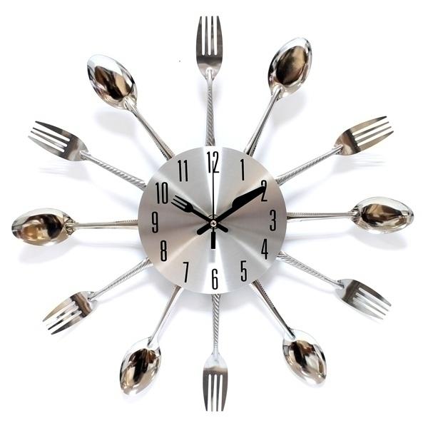 Часы настенные Эврика, цвет: серебристый. 9496194961Часы настенные Эврика выполнены из пластика серебристого цвета и декорированы ложками и вилками по кругу. Часы имеют отверстие длякрепления на стену. Часы снабжены тремя стрелками - часовой, минутной и секундной выполнены в виде вилки и ножа. Циферблат часов незащищен стеклом.Материал: металл. Диаметр часов: 35 см. Диаметр циферблата: 12,5 см Толщина часов: 4 см. Артикул: 94961. Часы работают от 1 батарейки типоразмера АА (не входит в комплект).