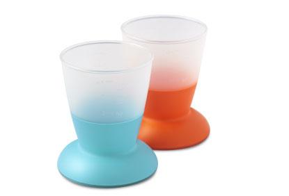 Набор кружек-непроливаек BabyBjorn, 100 мл, 2 шт, цвет: оранжевый, бирюзовый0721.05Набор кружек-непроливаек BabyBjorn незаменим в период, когда малыш учится пить самостоятельно.Кружка-непроливайка BabyBjorn - лучшая первая кружка для вашего ребенка, специально предназначенная для маленьких ручек. Эргономичный дизайн, материал и форма кружки помогают ребенку удерживать ее в руках и учиться пить из открытого стакана, как взрослые. Верхняя часть кружки прозрачная. Кружку приятно держать, она устойчива на поверхности стола и ее сложно опрокинуть. Ее закругленные края мягко касаются губ малыша.Уникальный дизайн с центром тяжести на дне и широкой резиновой полоской надежно удерживают кружку на столе, дизайн ободка на внешней границе дна позволяет кружке не опрокидываться, а скользить, когда ребенок стучит по ней или толкает.Допускается хранение в холодильнике, использование в микроволновой печи и мытье в посудомоечной машине.В наборе две кружки оранжевого и бирюзового цветов.Характеристики: Материал: пластик, резина. Рекомендуемый возраст: от 8 месяцев. Объем кружки: 100 мл. Высота кружки: 8,5 см.