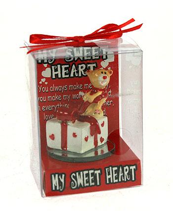 Фигурка декоративная Мишка-валентинка, цвет: красный. 123428123428Декоративная фигурка Мишка-валентинка выполнена из полистоуна и стекла в виде забавного медвежонкас подарком. Фигурка упакована в пластиковую коробочку с красным бантиком на верху.Эта очаровательная фигурка послужит отличным функциональным подарком, а также подарит приятные мгновения и окунет вас в лучшие воспоминания. Характеристики:Материал: полистоун, стекло. Размер фигурки: 5 см х 4,5 см х 4,5 см. Цвет: красный. Артикул: 123428.