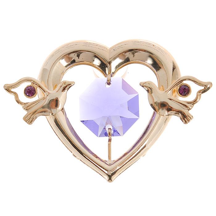 Фигурка декоративная Сердце, на присоске, цвет: золотистый, фиолетовый. 6735267352Притягательный блеск и невероятная утонченность декоративной фигурки Сердце великолепно дополнят интерьер и, несомненно, не останутся без внимания. Фигурка выполнена из металла с блестящим золотистым покрытием в виде сердечка на присоске, украшенного фигурками голубков и крупным кристаллом Swarovski. Декоративная фигурка Клубничка послужит прекрасным подарком ценителю изысканных и элегантных вещиц. Характеристики:Материал: металл, кристаллы Swarovski. Размер фигурки: 3 см х 0,5 см х 3,5 см. Цвет: золотистый, фиолетовый. Артикул: 67352.