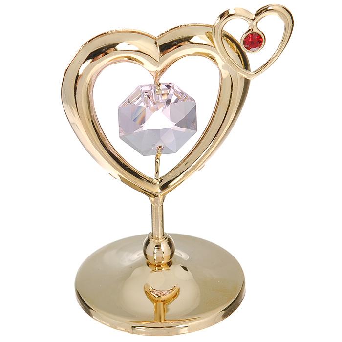 """Декоративная фигурка """"Сердечко"""" выполнена из углеродистой стали, покрытой золотом толщиной 0,05 микрон. Фигурка украшена крупным граненым кристаллом розового цвета и маленькими розовым кристаллом Swarovski. Поставьте фигурку на стол в офисе или дома и наслаждайтесь изящными формами и блеском кристаллов. Изысканный и эффектный, этот сувенир покорит своей красотой и изумительным качеством исполнения, а также станет замечательным подарком.   Характеристики:  Материал: углеродистая сталь, кристаллы Swarovski. Размер фигурки (ДхШхВ): 3 см х 3 см х 5,5 см. Цвет: золотистый. Размер упаковки: 5 см х 3 см х 7,5 см. Артикул: 67009."""