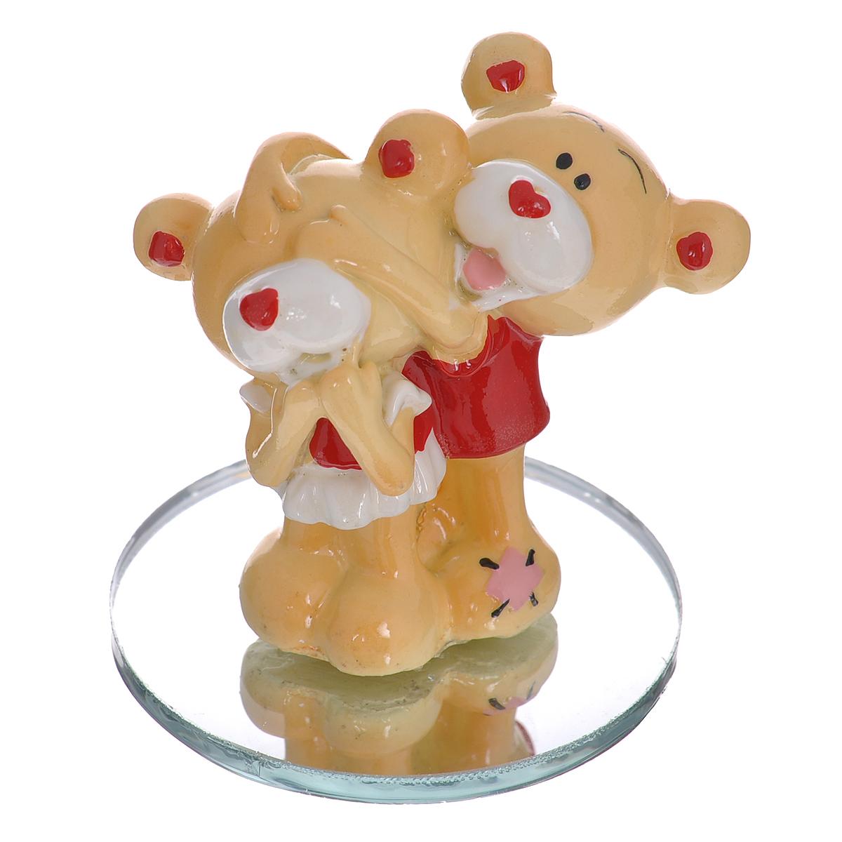 Фигурка декоративная Мишка-валентинка. 123431123431Декоративная фигурка Мишка-валентинка изготовлена из полистоуна в виде двух милых медвежат. Фигурка помещается на круглую зеркальную подставку. Такая фигурка станет идеальным сувениром ко Дню Святого Валентина, она без лишних слов выразит все ваши чувства.Фигурка упакована в подарочную коробку, перевязанную красной атласной лентой. Характеристики: Материал: полистоун, стекло. Цвет: бежевый, красный. Высота фигурки: 5,5 см. Диаметр основания: 5 см. Размер упаковки: 7,5 см х 6 см х 10 см. Артикул: 123431.