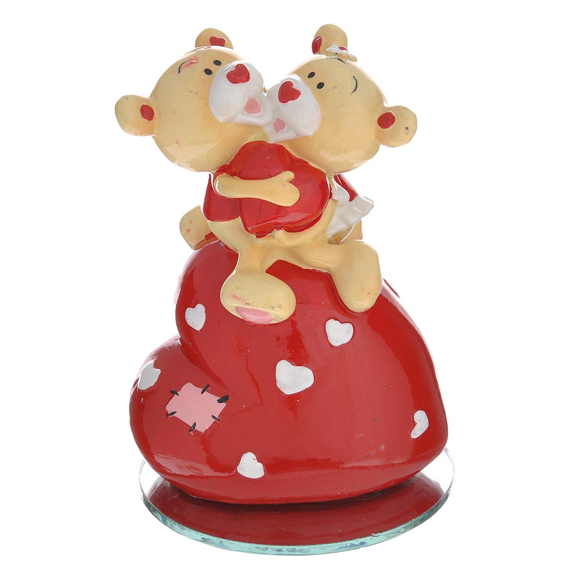 Фигурка декоративная Мишка-валентинка, цвет: красный. 123439123439Декоративная фигурка Мишка-валентинка выполнена из полистоуна и стекла в виде парочки обнимающихся медвежат на большом сердечке. Эта очаровательная фигурка послужит отличным функциональным подарком, а также подарит приятные мгновения и окунет вас в лучшие воспоминания. Характеристики:Материал: полистоун, стекло. Размер фигурки: 7,5 см х 3,5 см х 11 см. Цвет: красный. Артикул: 123439.