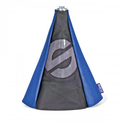 Чехол на рычаг КПП Sparco, универсальный, цвет: черный, синий. SPC/GN-COV BK/BLSPC/GN-COV BK/BLУниверсальный чехол на рычаг КПП Sparco, выполненный из экокожи синего цвета, станет привлекательным и практичным элементом оформления салона автомобиля. Аксессуар защищает рычаг от повреждений и помогает быстро и без усилий придать интерьеру эксклюзивные и динамичные черты. Основание чехла крепится на эластичную стяжку, а верхняя часть фиксируется под рукояткой рычага КПП на металлическую шайбу. Такой способ установки позволяет использовать аксессуар с любыми рычагами КПП (с механическими и автоматическими), а также с теми, которые в отдельных случаях, например, при включении заднего хода, необходимо вытягивать вверх.Характеристики: Материал: экокожа, металл. Цвет: черный, синий. Высота чехла: 25 см. Размер упаковки: 31 см х 15 см х 4,5 см. Артикул: SPC/GN-COV BK/BL.