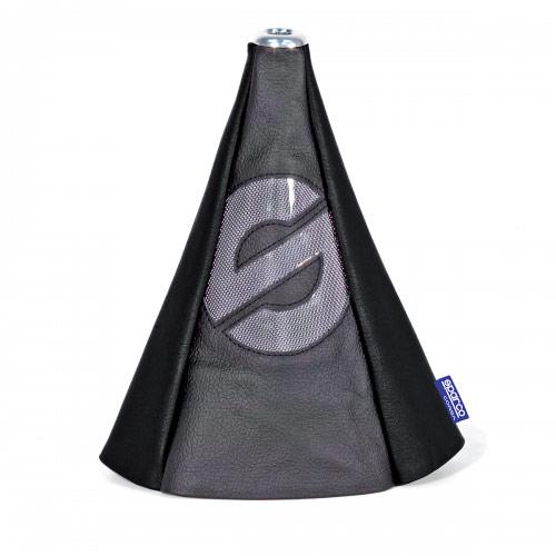 Чехол на рычаг КПП Sparco, универсальный, цвет: черный. SPC/GN-COV BK/BKSPC/GN-COV BK/BKУниверсальный чехол на рычаг КПП Sparco, выполненный из экокожи черного цвета, станет привлекательным и практичным элементом оформления салона автомобиля. Аксессуар защищает рычаг от повреждений и помогает быстро и без усилий придать интерьеру эксклюзивные и динамичные черты. Основание чехла крепится на эластичную стяжку, а верхняя часть фиксируется под рукояткой рычага КПП на металлическую шайбу. Такой способ установки позволяет использовать аксессуар с любыми рычагами КПП (с механическими и автоматическими), а также с теми, которые в отдельных случаях, например, при включении заднего хода, необходимо вытягивать вверх. Характеристики: Материал: экокожа. Цвет: черный. Высота чехла: 25 см. Размер упаковки: 6 см х 15 см х 9 см. Артикул: SPC/GN-COV BK/BK.