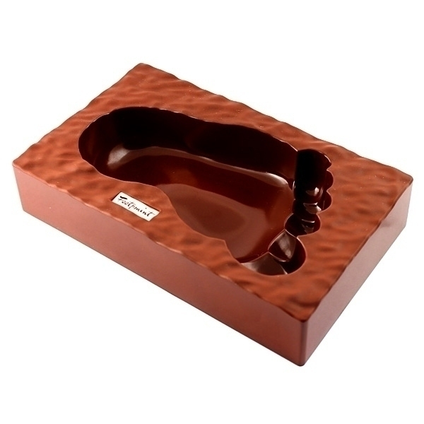 Пепельница Ступня, цвет: коричневый. 9538895388Оригинальная пепельница выполнена из пластика прямоугольной формы с углублением в форме ступни.Такая пепельница станет отличным подарком для курящего человека, а также забавным украшением интерьера. Характеристики:Материал: термостойкий пластик.Цвет: коричневый. Размер пепельницы: 20 см х 12 см х 4 см. Размер упаковки: 21 см х 12,5 см х 4,5 см. Артикул: 95388.