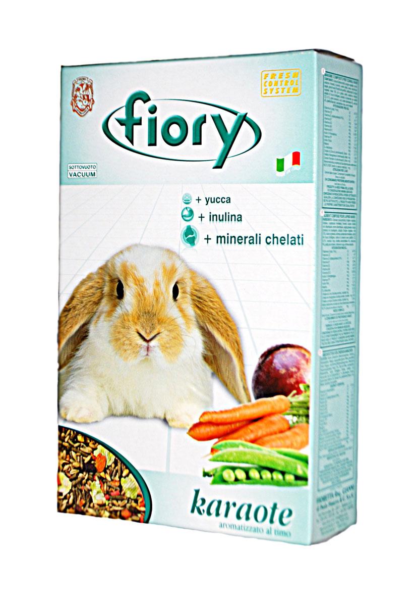 Корм для кроликов Fiory Karaote, 850 г06540Корм для кроликов Fiory Karaote обеспечивает карликовых кроликов не менее, чем двенадцатью различными элементами. В этой смеси для кроликов была использована высококачественная сушеная морковь (равная по содержанию 28% свежей моркови). Приправленная провансальским чабрецом смесь понравится вашим любимцам, благодаря входящим в ее состав компонентам: моркови, свекловице, толченому горошку и бобам рожкового дерева. Другой характеристикой нашей смеси является добавление гранул: - Инулин - инулин вырабатывает в кишечнике животных органический субстрат, необходимый для роста полезных микроорганизмов (bifidobacteria и lactobacilli), которые препятствуют деятельности вредных бактерий. - Юкка - растение Юкка (Yucca Schidigera) снижает количество аммонидов, устраняя кислый запах кала, а также защищает дыхательную систему. - Келатные минералы - келатные минералы обладают многообразным иммуностимулирующим действием, способствующим развитию клеток.Состав: субпродукты растительного происхождения, злаковые, минеральные вещества, пшеница, овес цельный, овес лущеный, рожь, мед 10%, масла и жиры, экстракт юкки, красители, гречиха, ячмень, морковь 4%, карруба 4%, дробленый горох, красная свекла, ароматизаторы.