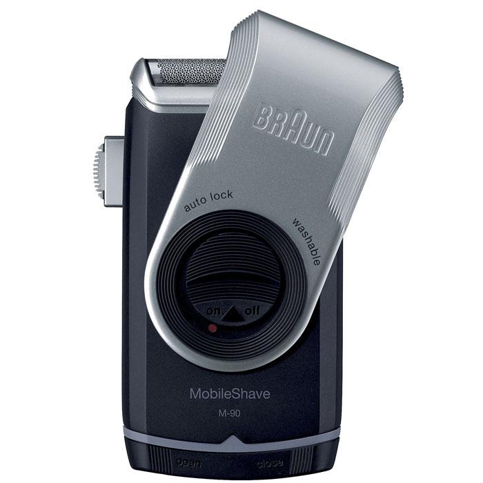 Braun MobileShave M90 электробритва81435403Удобная и портативная Braun MobileShave M90 - ваш идеальный помощник в уходе за телом за пределами дома. Благодаря компактному размеру и 2 пальчиковым батарейкам типа AA она окажется незаменимой на работе, в машине или даже в коротком отпуске.MobileShave - это самая маленькая электробритва Braun, которая не уступает другим бритвам бренда в технологии, качестве и дизайне. Это обязательный инструмент каждого мужчины, который хочет и должен следить за собой в течение дня. Уникальная бреющая сетка SmartFoil захватывает волоски, растущие в разных направлениях. Невероятно широкая и тонкая плавающая сетка повторяет контуры лица, обеспечивая тем самым максимально чистое и комфортное бритье.Бритву MobileShave можно полностью промывать под проточной водой. Освежившись, вам не нужно тратить время на чистку бритвы. Крышка бритвы MobileShave не только защищает сетку, когда вы не пользуетесь бритвой, но и служит для удлинения ручки - для удобного и точного бритья.
