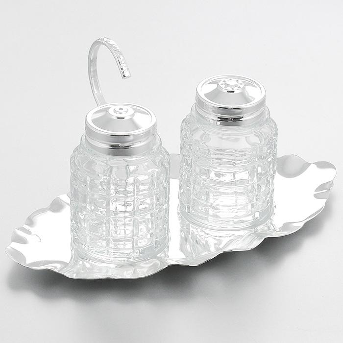 Набор для специй Queen Anne, 3 предметаАн 0/5985Набор для специй Queen Anne состоит из солонки, перечницы и изящной подставки. Емкости выполнены из граненого стекла и оснащены крышками с прорезями. Благодаря своим небольшим размерам набор не займет много места на вашей кухне. Емкости легки в использовании: стоит только перевернуть их, и вы с легкостью сможете добавить соль и перец по вкусу в любое блюдо. Подставка и крышки емкостей выполнены из высококачественной стали с серебрением. Набор для специй Queen Anne станет украшением вашего стола.Изделия из стали покрыты устойчивым от потускнения лаком. Изредка мойте в мыльной воде. Не применять средства для чистки серебра - это уничтожит лаковое покрытие. Характеристики:Материал: сталь, стекло. Размер емкости: 4,5 см х 4,5 см х 6,5 см. Размер подставки: 17,5 см х 14,5 см х 6 см. Размер упаковки: 13,5 см х 13,5 см х 7 см. Изготовитель: Великобритания. Артикул: Ан 0/5985.