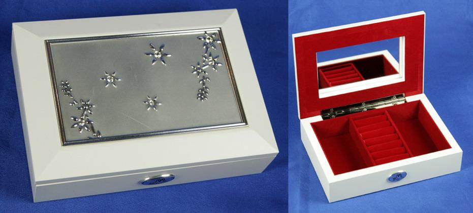 Шкатулка ювелирная Moretto, цвет: белый, 17,5 см х 12,5 см х 4 см. 3987339873Ювелирная шкатулка Moretto, выполненная из МДФ и алюминия, украсит интерьер любого помещения и позволит компактно и удобно хранить ювелирные изделия и бижутерию.Внутри шкатулки предусмотрены два отделения, разделенные валиком для хранения колец; на внутренней стороне крышки расположено зеркало.Внутренняя поверхность шкатулки оформлена бархатистым текстилем, выполненным под замшу, что придает шкатулке шарм и изысканность. Нижняя часть шкатулки с внешней стороны также обтянута бархатистым текстилем, что предотвращает истирание поверхности стола.Классический дизайн и функциональность делают шкатулку Moretto практичным и стильным подарком для любой женщины. Характеристики:Материал: МДФ, металл (алюминий), стекло, текстиль, ПМ. Размер шкатулки: 17,5 см х 12,5 см х 4 см. Размер отделения шкатулки (Д х Ш х Г): 5 см х 10,5 см х 3 см. Размер зеркала: 12 см х 7 см. Размер упаковки: 19 см х 14 см х 5,5 см. Артикул: 39873.