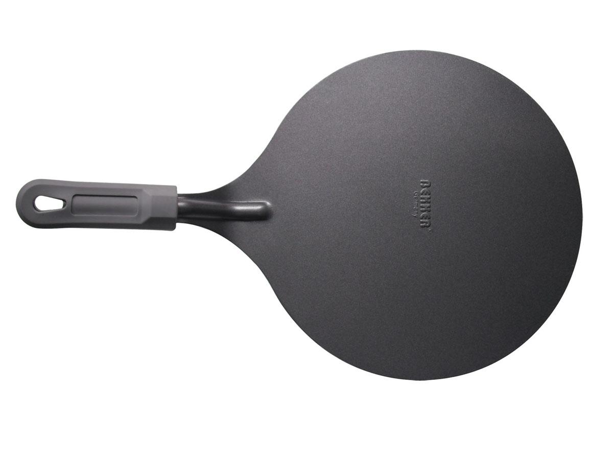 Лопатка для снятия пирога Bekker с антипригарным покрытием, диаметр 25,5 смBK-3209Лопатка для снятия пирога Bekker изготовлена из высококачественной углеродистой стали с антипригарным покрытием Goldflon. Благодаря специальной форме такой лопаткой очень легко снять пирог с формы и переложить его в сервировочную тарелку. Удобная ручка с силиконовым покрытием обеспечивает безопасность во время использования и надежный хват. Можно мыть в посудомоечной машине. Рекомендации по уходу: - используйте для мытья горячую воду и жидкие моющие средства, избегайте абразивных средств, жестких губок и скребков.Характеристики: Материал: углеродистая сталь, силикон. Цвет: серый. Диаметр: 25,5 см. Толщина стенки: 1,2 мм. Длина ручки: 12 см. Артикул: BK-3209.