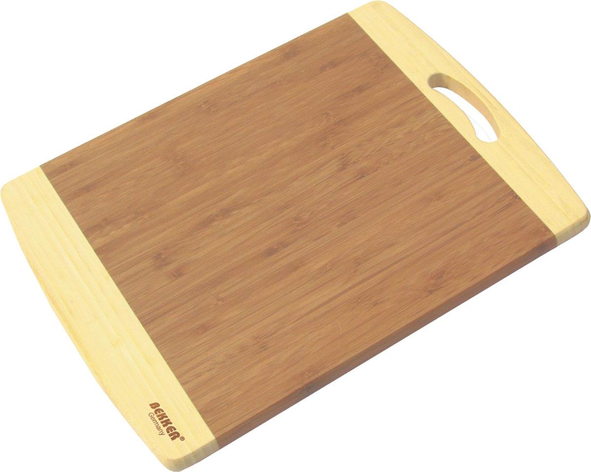 """Прямоугольная разделочная доска """"Bekker"""" изготовлена из высококачественной древесины бамбука светлого и темного цвета, обладает антибактериальными свойствами. Бамбук - инновационный материал, идеально подходящий для разделочных досок. Доски из бамбука обладают высокой плотностью структуры древесины, а также устойчивы к механическим воздействиям. Изделие оснащено удобной ручкой.Функциональная и простая в использовании, разделочная доска """"Bekker"""" прекрасно впишется в интерьер любой кухни и прослужит вам долгие годы.   Характеристики: Материал: бамбук. Размер доски: 30 см х 20 см. Толщина: 2 см. Артикул: BK-9711."""