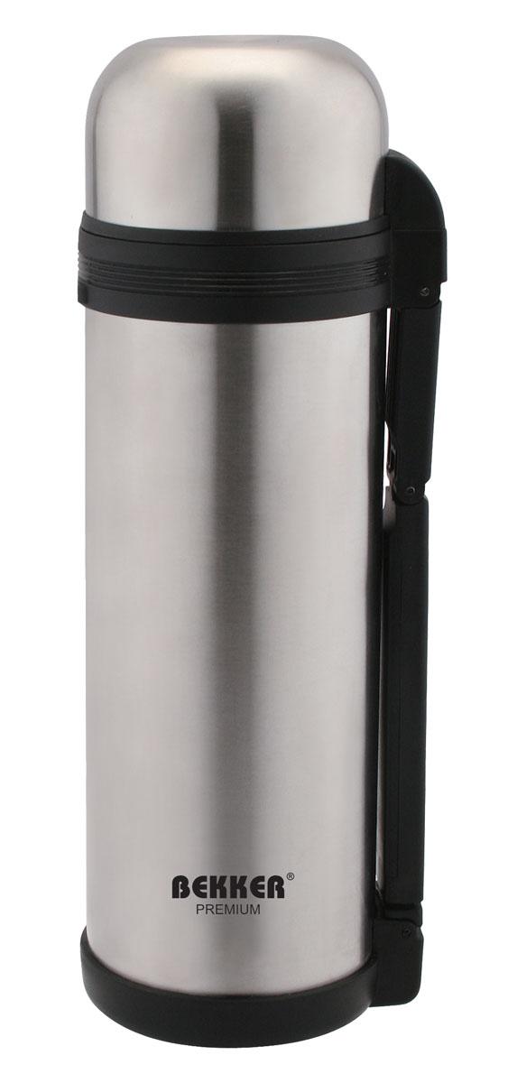 Термос Bekker Premium, с широким горлом, 1,5 лBK-4104Термос Bekker Premium, предназначенный для хранения напитков, первых и вторых блюд, выполнен из высококачественной нержавеющей стали 18/10. Вакуумная система и двойные стенки термоса обеспечивают длительное сохранение температуры содержимого (термос поддерживает температуру: 6 часов - 74°С, 12 часов - 62°С, 24 часа - 45°С). Винтовая пластиковая пробка не позволит жидкости разлиться. Термос оснащен дополнительной пластиковой чашкой белого цвета. Удобная ручка термоса позволяет комфортно переносить его, в комплект также входит регулируемый по длине текстильный ремень. Крышка завинчивается. Не подходит для использования в посудомоечной машине. Характеристики:Материал:пластик, нержавеющая сталь. Объем термоса:1,5 л. Размер термоса (В х Ш х Д):30 см х 11 см х 11 см. Размер упаковки:31 см х 11 см х 12 см. Изготовитель:Китай. Артикул:BK-4104.