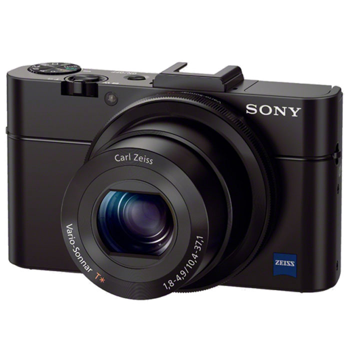 Sony Cyber-shot DSC-RX100 II цифровая фотокамераDSCRX100M2.RU3Инновационная камера Sony Cyber-shot DSC-RX100 II с матрицей типа 1.0 с обратной засветкой и светосильным высококачественным объективом.Больше деталей:Больше значит лучше. Все дело в матрице, размер которой примерно в четыре раза превышает размер матриц, установленных в большинстве автоматических фотокамер. Новая матрица Exmor CMOS (тип 1.0) имеет разрешение 20,2 эффективных мегапикселя и позволяет создавать четкие фотографии с низким уровнем шумов.Светосильный объектив для улучшенной съемки:Светосильный объектив Carl Zeiss Vario-Sonnar T* F 1,8 имеет широкую диафрагму, которая улавливает больше света и позволяет создавать художественные эффекты, сохраняя резкий фокус на объекте съемки и плавное размытие фона.Большая яркость:Камера RX100 II оснащена самой современной технологией, которая позволяет получать четкие и яркие снимки даже при низком освещении. Матрица с обратной засветкой захватывает больше света, чем даже популярная модель RX100. А объектив ZEISS и высокоскоростной процессор BIONZ обеспечивают непревзойденную четкость и рекордно низкое количество шумов.Постоянный контроль:Получите полную творческую свободу: работайте с настройками изображения в режимах автоматической и ручной экспозиции. Удобное кольцо управления, на объективе обеспечивает понятную плавную настройку экспозиции, зума, эффектов изображения и других функций.Создавайте фильмы:Снимайте видеоклипы в формате Full HD одним нажатием кнопки. Плавно настраивайте фокусировку и экспозицию в процессе съемки. Устройте настоящий кинопоказ, поразив своих зрителей качеством изображения.Редактируйте фотографии и видео с PlayMemories Studio:PlayMemories Studio позволяет систематизировать фотографии и видеоклипы и буквально оживляет их при помощи PlayStation3. Вы сможете добавлять звуковые эффекты или редактировать видео, создавая шедевры домашнего кино быстро и без лишних хлопот при помощи джойстика для PlayStation3.Высокоскоростной процессор изо