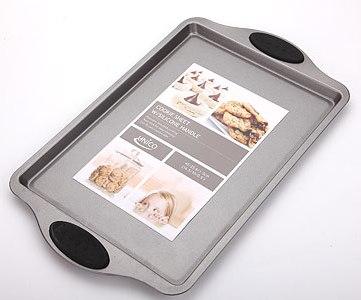 Форма для выпечки Unico, 42 см х 26 смTD 0088Прямоугольная форма для выпечки Unico изготовлена из высококачественной пищевой стали и покрыта слоем керамики, что предотвращает пригорание пищи. Удобные ручки оснащены силиконовыми вставками черного цвета. Форма выдерживает температуру до 230°C. Простая в уходе и долговечная в использовании форма для выпечки Unico будет верной помощницей в создании ваших кулинарных шедевров. Не подвергайте форму для выпечки воздействию прямого огня или плиты. Использовать только в духовке. Не подходит для использования в микроволновой печи. Не используйте металлические или заостренные лопатки для смешивания или вынимания пищи из формы.Рекомендуется мыть руками без применения абразивных моющих средств. Характеристики:Материал:пищевая сталь, силикон, керамика. Внутренний размер формы: 33 см х 23 см. Размер формы (с учетом ручек):42 см х 26 см. Высота стенки:1,5 см. Толщина стенки:0,6 см. Размер упаковки: 42 см х 26 см х 2,5 см. Артикул:MN4102.