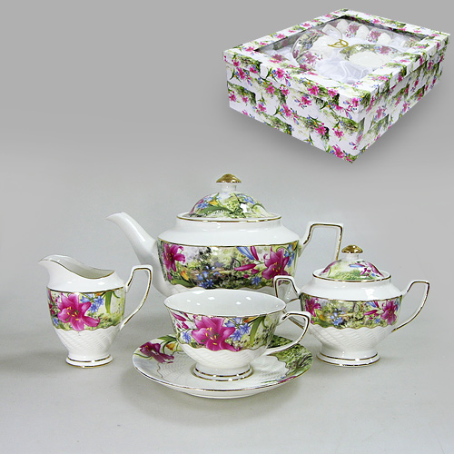 Набор чайный Цветущая лилия, 15 предметов543-071Чайный набор Цветущая лилия состоит из сахарницы, молочника, 6 блюдец, 6 чашек и чайника. Предметы набора изготовлены из высококачественного фарфора и оформленны золотистой каймой и изображением ярких цветов лилии. Такой чайный набор не оставит равнодушной не одну хозяйку или станет прекрасным подарком.Чайный набор Цветущая лилия упакован в подарочную коробку, задрапированную белой атласной тканью. Характеристики:Материал:фарфор. Высота сахарницы (с крышкой): 11 см. Объем сахарницы: 200 мл. Размер молочника: 11 см х 7 см х 10 см. Размер чайника (с ручкой, носиком и крышкой): 26,5 см х 15,5 см 17 см. Объем чайника: 1250 мл. Диаметр блюдца: 15,5 см. Диаметр кружки по верхнему краю: 10,5 см. Диаметр основания кружки: 5 см. Высота кружки: 6,5 см. Размер упаковки: 49 см х 37 см х 15,5 см. Изготовитель: Китай. Артикул: 543-071.
