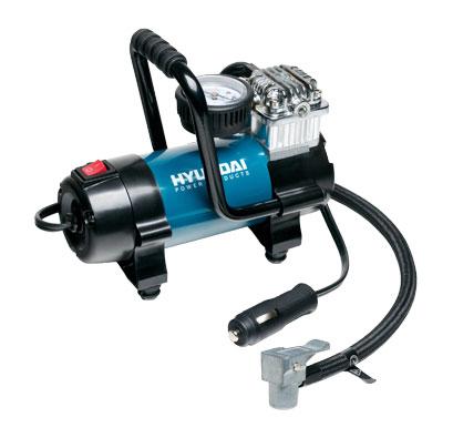 Компрессор Hyundai. HY 45HY 45Компрессор Hyundai предназначен для накачивания автомобильных, мотоциклетных и велосипедных шин, надувного спортинвентаря. Современный, удобный и простой в применении компрессор с расширенной комплектацией - игла для накачки мячей, насадки для надувных изделий, сумка для хранения. Работает от гнезда прикуривателя с напряжением 12 В.Особенности компрессора:Профессиональный компрессор с прямым приводомМощный электродвигательАлюминиевые ребра охлажденияМанометр ATM/PSIРазработан для подкачки шинКомплект насадок Характеристики:Материал:пластик, металл. Размер компрессора:17,5 см x 8,5 см x 12 см. Напряжение: 12 V. Время накачивания колеса размером R15/195/60 до 2,3 АТМ: 2,5 мин. Рабочий ток: 15 А. Время непрерывной работы: 30 мин. Размер упаковки: 20 см x 13,5 см x 12,5 см. Производитель: Китай.