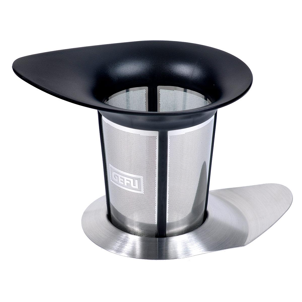 Сито для заваривания чая Gefu Армониа12900Сито Gefu Армониа, выполненное из высококачественного пластика черного цвета и нержавеющей стали прекрасно подойдет для заваривания чая прям в чашке. Насладитесь неповторимой чайной церемонией, используя фильтр Армониа, который можно поместить в чашку или в чайник. Несмотря на большой объем, Армониа обеспечивает насыщенный аромат и прекрасный вкус, так как имеет особую структуру микрофильтрации. Любители чая непременно оценят изящную и функциональную крышку из нержавеющей стали, которая сохранит аромат, а так же пригодится как подставка, на которую можно поместить фильтр после использования.Можно мыть в посудомоечной машине. Характеристики:Материал: высококачественный пластик, нержавеющая сталь. Размер сито: 12 см х9 см х 9,3 см. Размер крышки: 11,5 см х 8 см х 1 см. Цвет: серебристый, черный. Артикул: 12900.