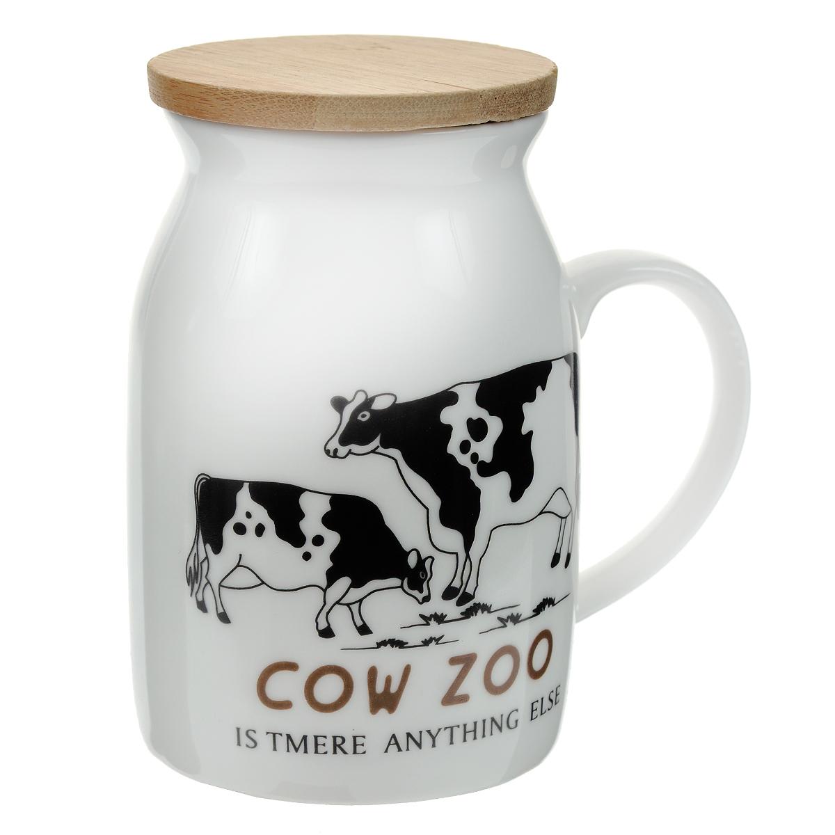 Кружка Корова, с бамбуковой крышкой. 003061003061Кружка Корова, выполненная из керамики в виде бидона молока, станет отличным подарком для человека, ценящего забавные и практичные подарки. Кружка оформлена рисунком в виде коров. Оснащенная удобной бамбуковой крышкой, кружка превосходно сохраняет температуру напитка.Такой подарок станет не только приятным, но и практичным сувениром: кружка станет незаменимым атрибутом, а оригинальный дизайн вызовет улыбку. Характеристики: Материал: керамика. Диаметр кружки по верхнему краю: 6 см. Высота стенки кружки: 10 см. Высота кружки с учетом крышки: 10,5 см. Размер упаковки: 11 см х 9,5 см х 7,5 см. Артикул: 003061.