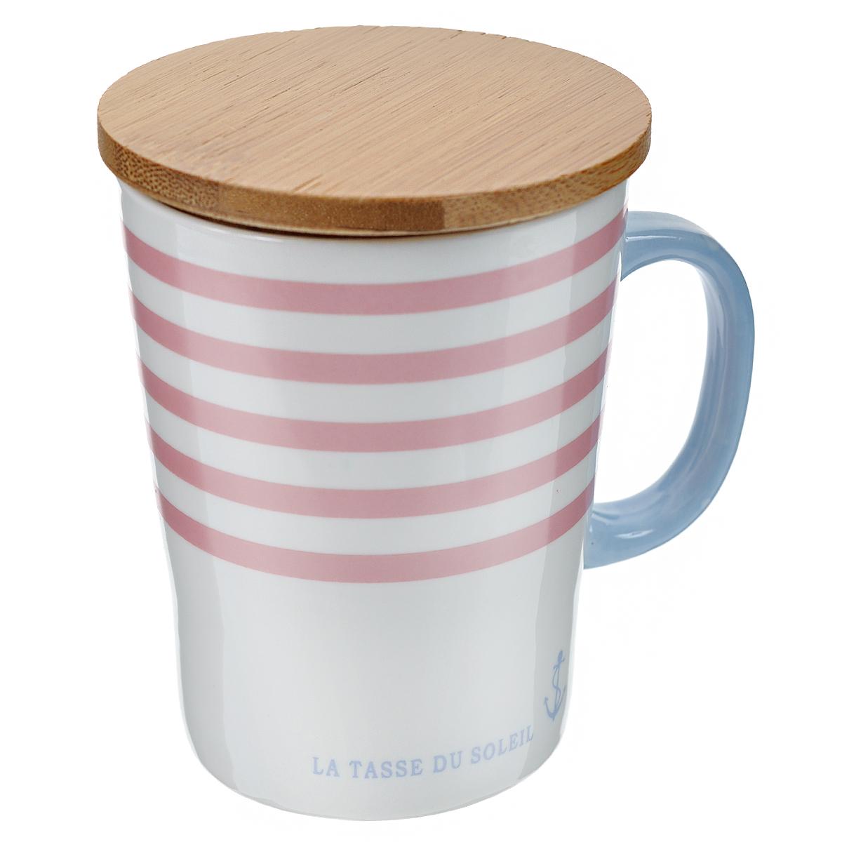 """Оригинальная кружка """"Полосы"""", выполненная из керамики, станет отличным подарком для человека, ценящего забавные и практичные подарки. Кружка оформлена цветными полосками. Благодаря бамбуковой крышке, входящей в комплект, кружка превосходно сохраняет температуру напитка. Также крышка может быть использована в качестве подставки под горячее.  Такой подарок станет не только приятным, но и практичным сувениром: кружка станет незаменимым атрибутом чаепития, а оригинальный дизайн вызовет улыбку.   Характеристики:Материал:  керамика, бамбук. Высота кружки (без учета крышки):  10 см. Диаметр по верхнему краю:  7,5 см. Объем:  200 мл. Размер упаковки:  9,5 см х 8,5 см х 11 см. Артикул: 003075."""