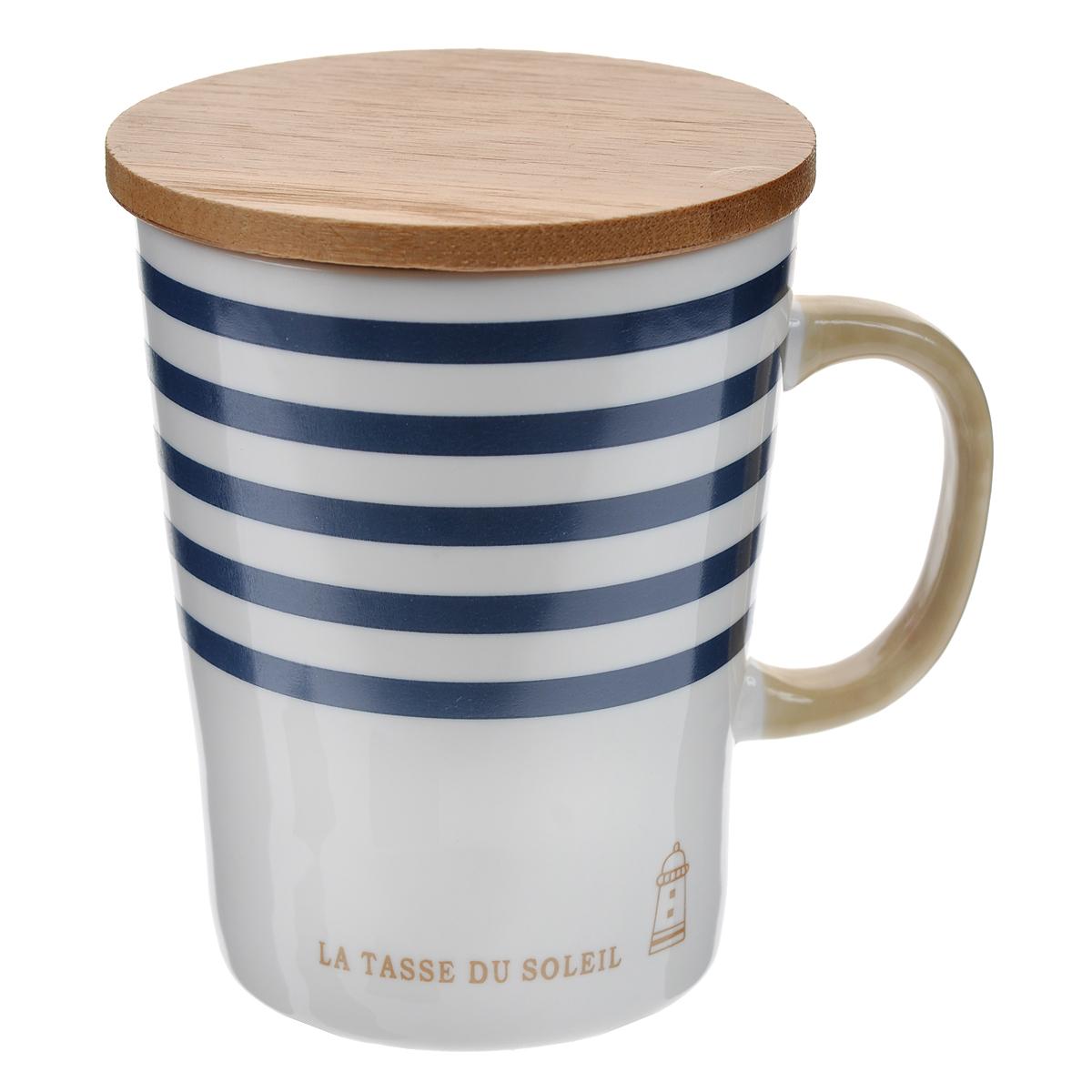 Кружка Полосы, с бамбуковой крышкой, цвет: белый, синий003076Оригинальная кружка Полосы, выполненная из керамики, станет отличным подарком для человека, ценящего забавные и практичные подарки. Кружка оформлена цветными полосками. Благодаря бамбуковой крышке, входящей в комплект, кружка превосходно сохраняет температуру напитка. Также крышка может быть использована в качестве подставки под горячее.Такой подарок станет не только приятным, но и практичным сувениром: кружка станет незаменимым атрибутом чаепития, а оригинальный дизайн вызовет улыбку. Характеристики:Материал:керамика, бамбук. Высота кружки (без учета крышки):10 см. Диаметр по верхнему краю:7,5 см. Размер упаковки:9,5 см х 8,5 см х 11 см. Артикул: 003076.