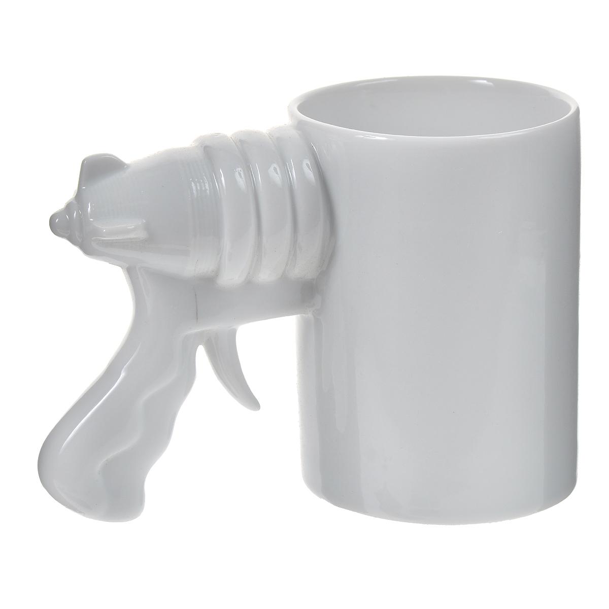 """Оригинальная кружка """"Бластер"""" выполнена из керамики. Ручка кружки выполнена в виде рукоятки бластера. Такая кружка станет не только приятным, но и практичным сувениром, а оригинальный дизайн вызовет улыбку. Характеристики:  Материал:  керамика. Высота кружки:  10,2 см. Диаметр по верхнему краю: 7,5 см. Размер упаковки:  12,5 см х 9 см х 15,3 см. Артикул: 003430."""